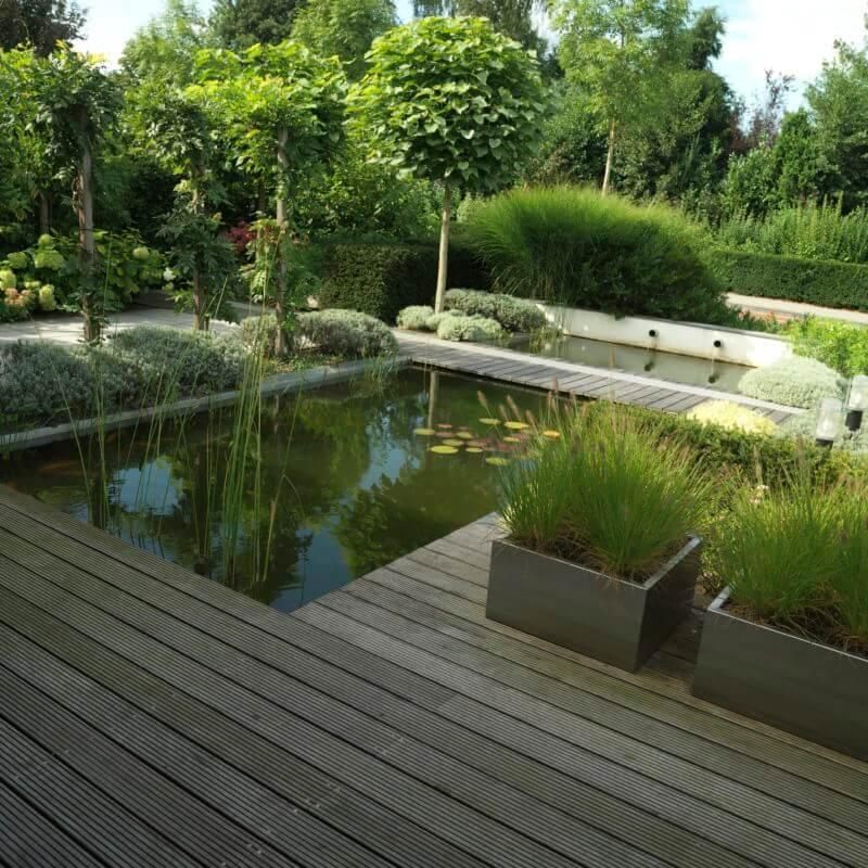 Voorbeeld strak tuinontwerp met vijver