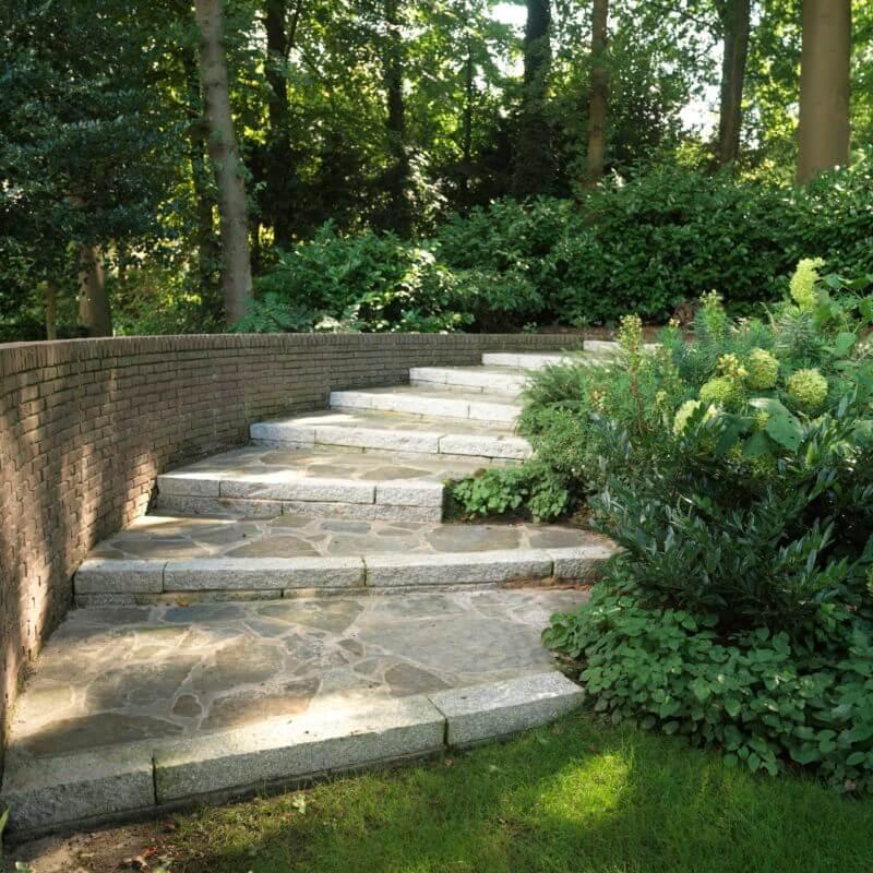 Voorbeeld stenen trap in tuin