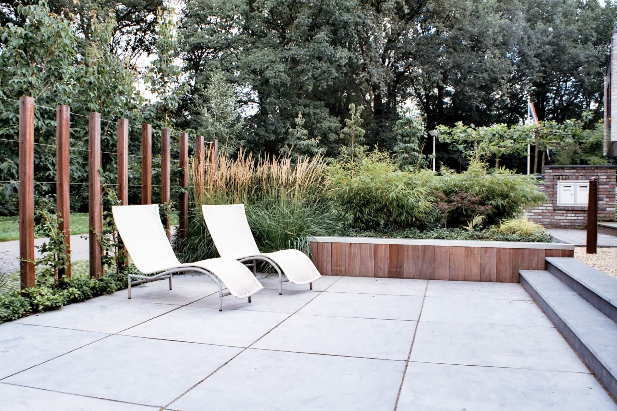 Voorbeeld exclusieve tuin met ligstoelen