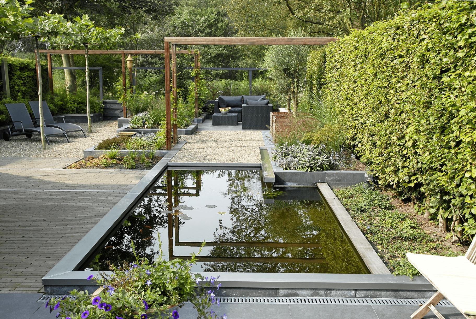 Voorbeeld grote moderne tuin met strakke vijver