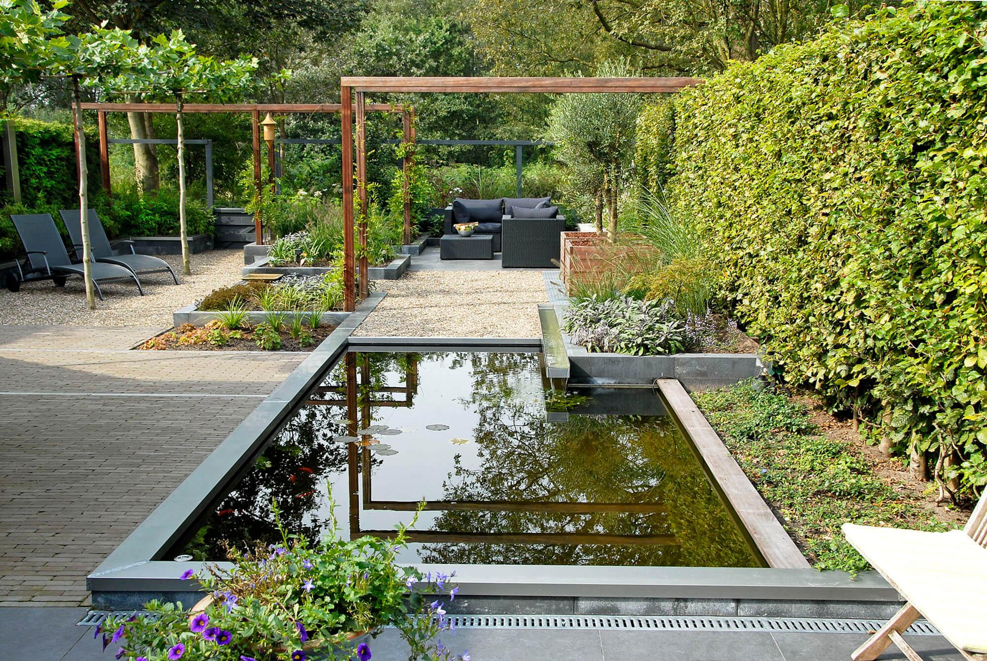 Tuin met grote vijver greenart for Strakke kleine tuin